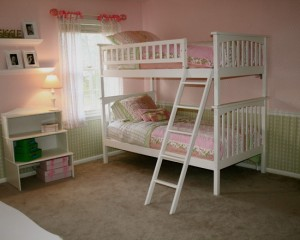 Двух ярусная кровать в комнате для дочек