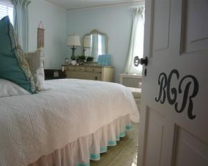 Светлая спальня с надписями на двери