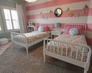 Белые кровати в яркой комнате девочек