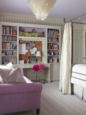 Удобное рабочее место с стеллажами для книг и доской для напоминания
