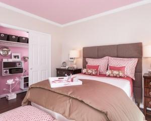 Стильная спальня в розово-коричневых тонах