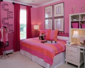 Розовая спальня с надписями на стене