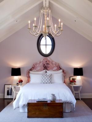 Сочетание черного и бледно фиолетового в спальне на мансардном этаже
