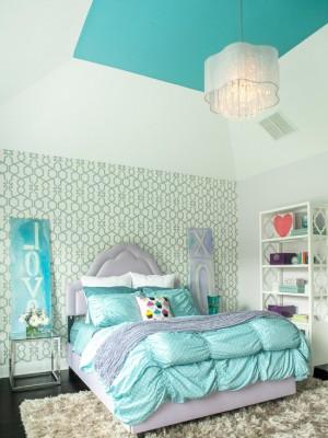 Голубое постельное белье в спальне девочки