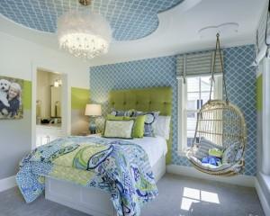 Сине-зеленая детская комната с качелями