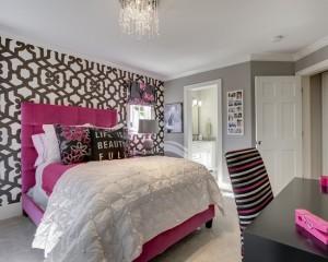 Строгая, но яркая комната для дочки в стиле минимализм