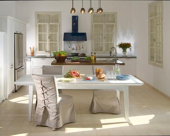 Яркая вытяжка и кухонные стулья одетые в чехлы