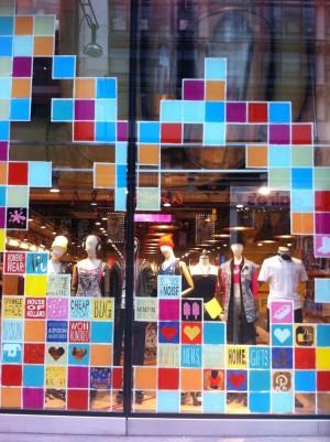 Фото: дизайн витрины молододежной одежды