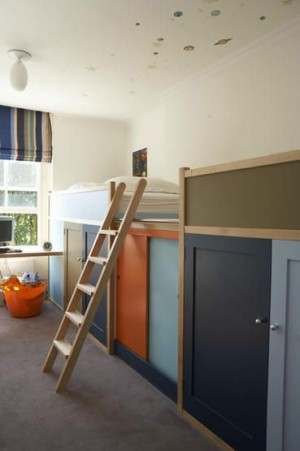 Длинная узкая детская комната с двухэтажной кроватью