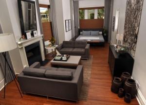 Длиная гостиная комната с двумя диванами