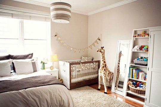 Кровать ребенка расположенная рядом с окном