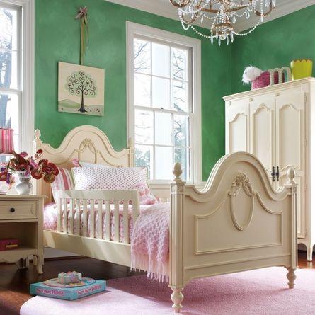 Интерьер детской во французском стиле с зелеными стенами