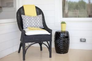 Окрашенный в черный цвет вязанное кресло