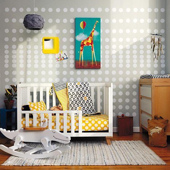Спальня с яркими пятнами для маленького ребенка