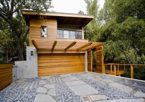 Гаражные ворота в одном стиле в домом