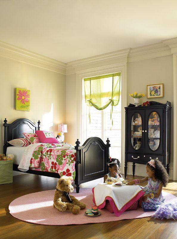 Французский стиль в детской с черной кроватью