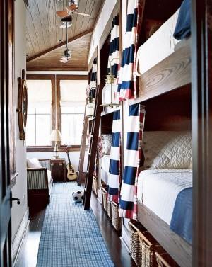 Узкая длинная детская комната с двумя двухэтажными кроватями