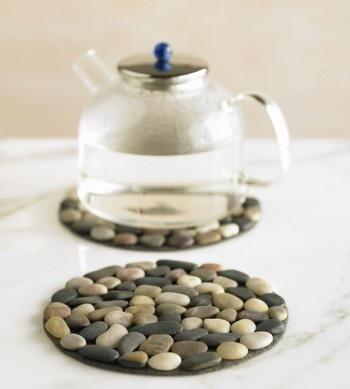 Кухонная подставка под чайник из маленьких камушков
