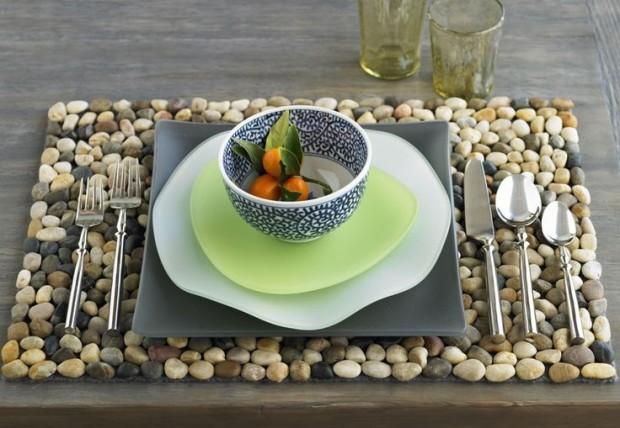 Морские камушки в сервировке стола
