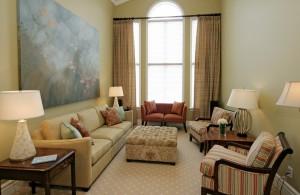 Интерьер длинной гостиной в классическом стиле