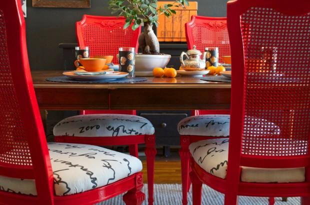 Ярко красные кухонные стулья