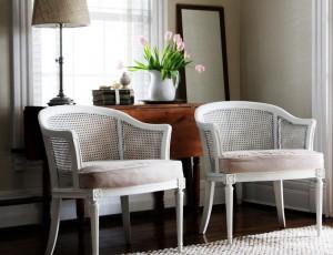 Покрашенные в белый цвет кресла