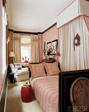 Вытянутая спальня в розовых тонах