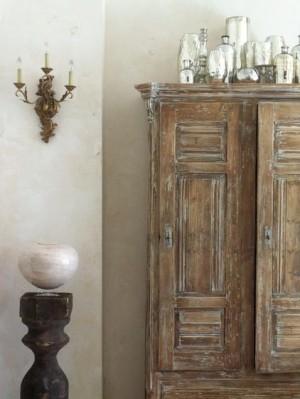 Старый отреставрированный гардероб