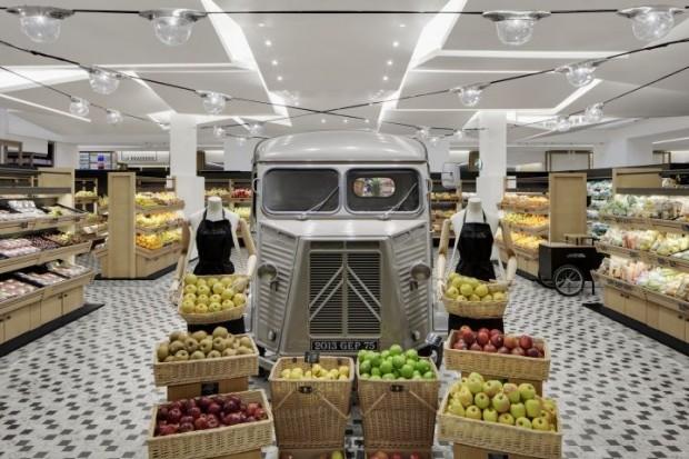 Интерьер продуктового магазина с ретро автомобилем