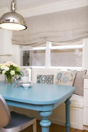 Покрашенный кухонный стол в голубой цвет