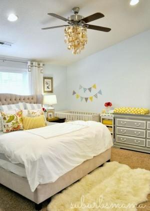 Светлая спальня с детской кроваткой в углу
