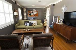 Узкая гостиная с больший количеством мебели
