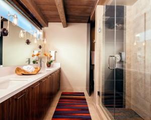 Длинная узкая ванная комната с деревянными шкафчиками