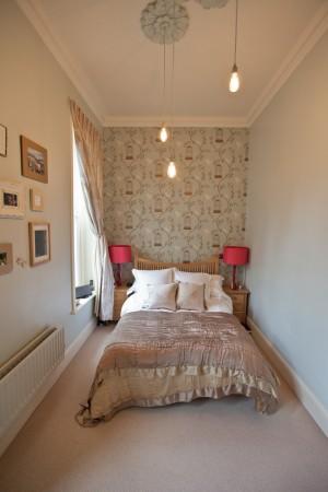 Интерьер длиной узкой спальни