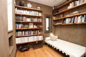 Вытянутая гостевая с библиотекой