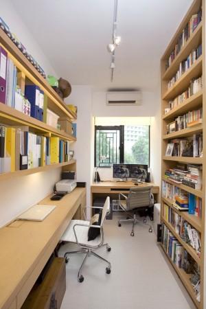 Вытянутый кабинет совместно с библиотекой