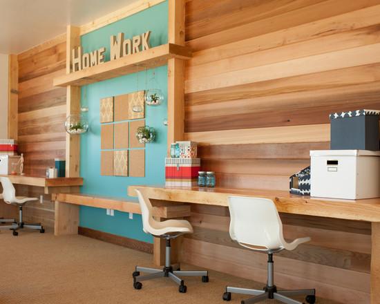 Вытянутый узкий письменный стол в детской комнате