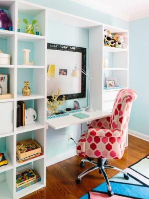 Маленький стол внутри стеллажа