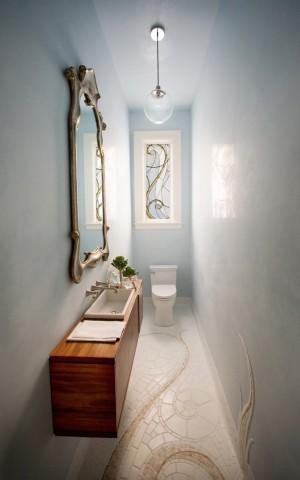 Вытянутая узкая ванная комната