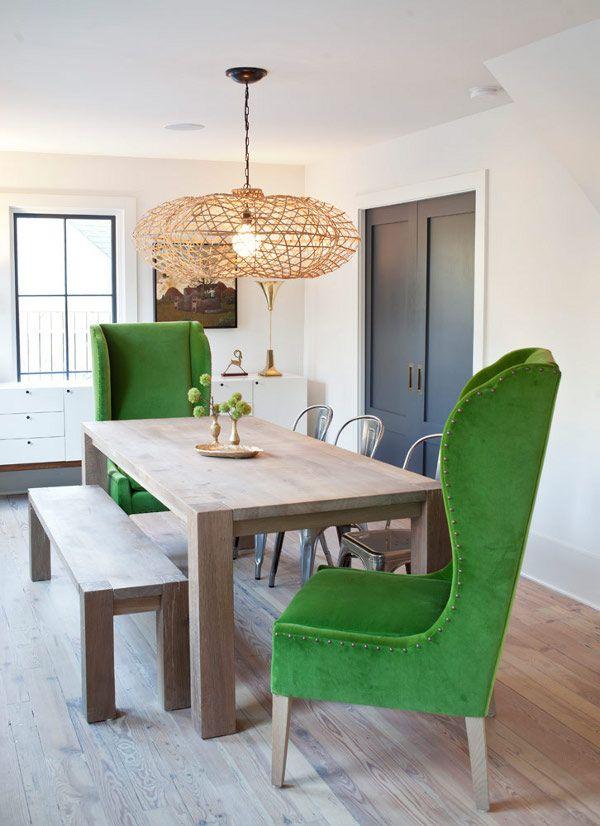 Стол и стулья из натурального дерева и кресла обитые зеленой тканью
