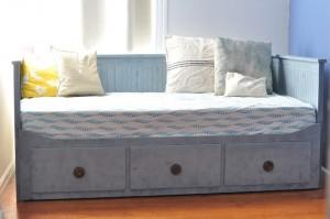 Покрашенная кровать в состарено голубой цвет