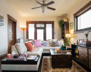 Угловой диван в узкой комнате