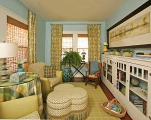 Интерьер узкой комнаты в голуба-желтом цвете