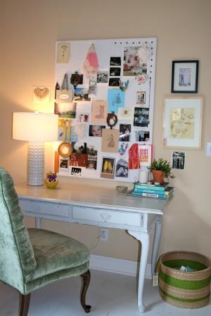 Небольшой столик с коллажем фотографий