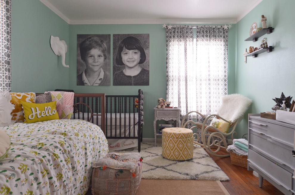 Спальня с детской кроваткой в родительской комнате 25