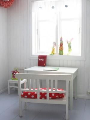 Маленький стол на против окна