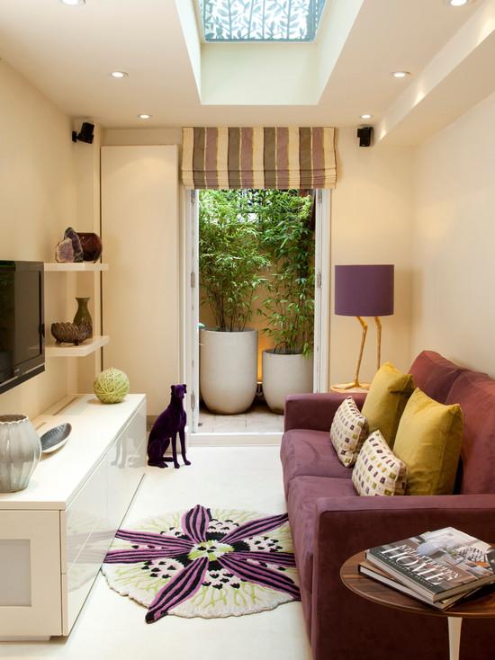 Итерьер узкой комнаты с ярко фиолетовыми детадями