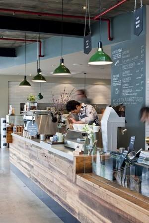 Стильная кофейня с деревянной стойкой