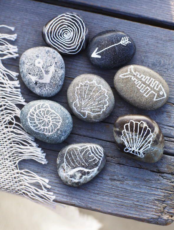 Значки на морских камушках