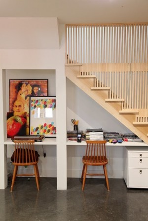 Письменный стол для ребенка под лестницей